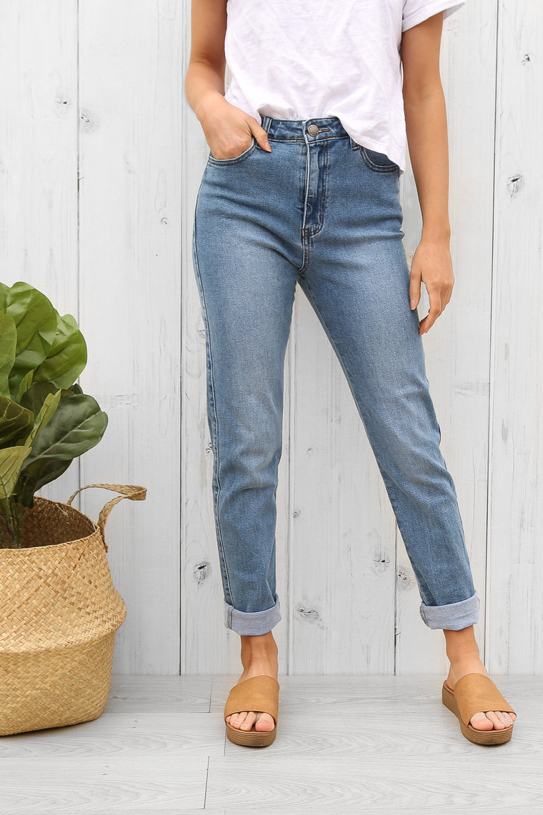 jaylen mom jeans in blue wash