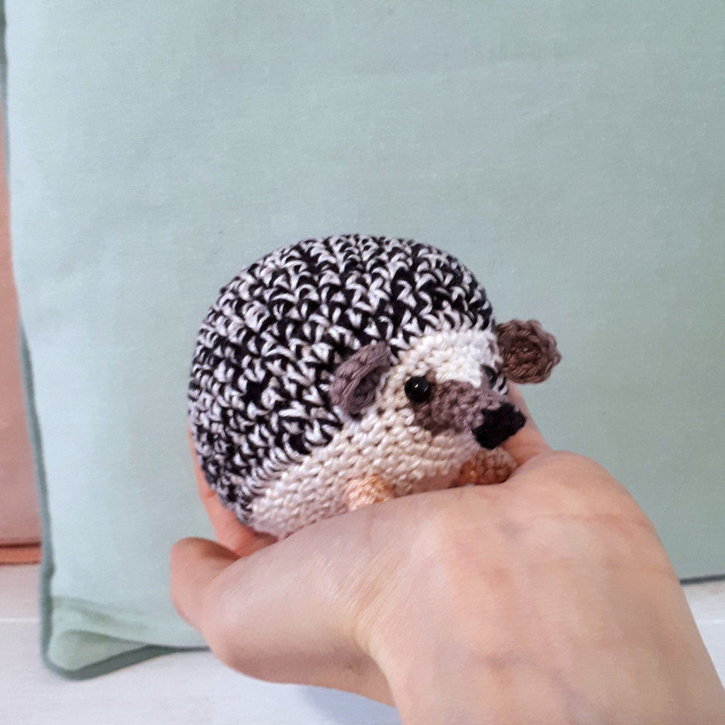 Hedgehog amigurumi crochet pattern - Crochet on a tree