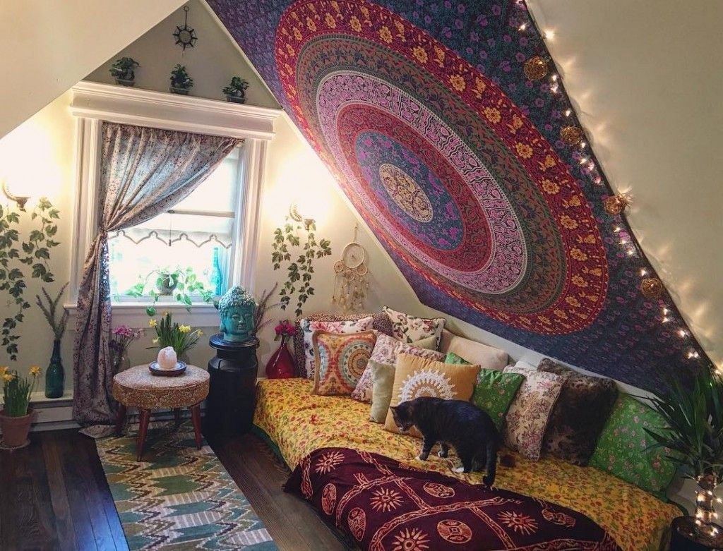 Slanted walls decoration with tapestries