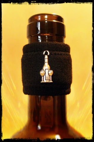 Wine band drip stopper accessory with silver wine bottle and two glasses pendant