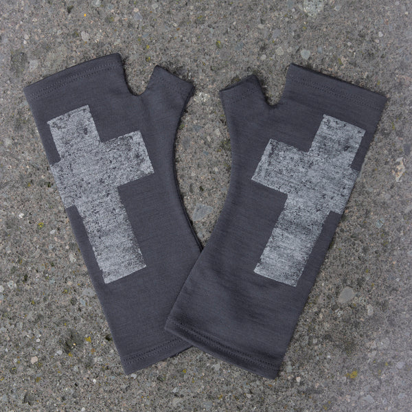 2018 kate watts merino fingerless gloves charcoal cross silver