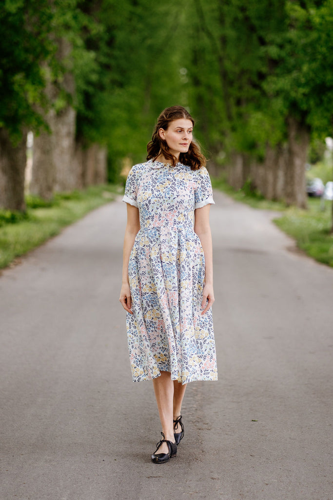 Women wearing Sondeflor linen dress.