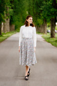 Woman in Sondeflor classic skirt and white linen shirt.