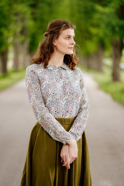 Women wearing linen floral shirt with long sleeves.