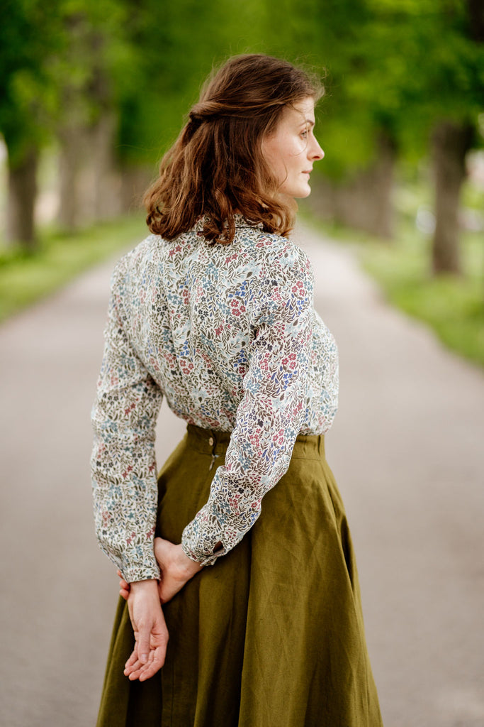 Women in linen Sondeflor shirt, image from the back.