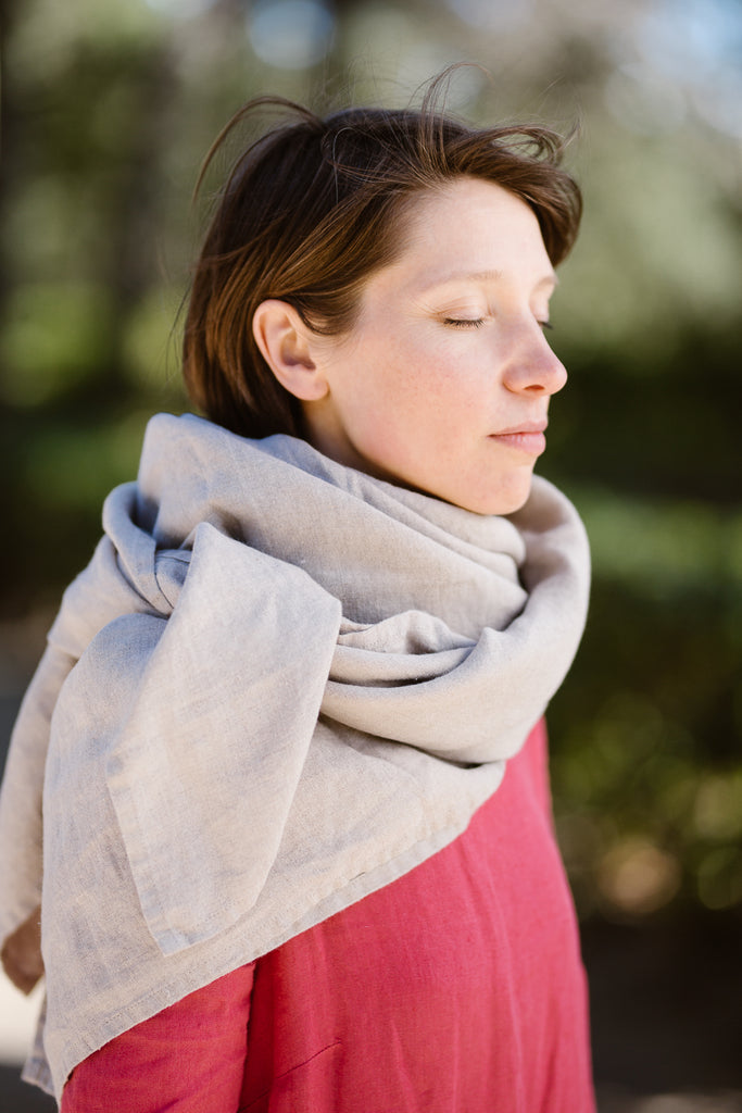 Woman wearing natural linen shawl, picture from the side.