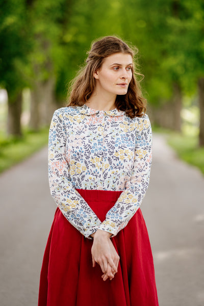 Woman in a linen floral blouse, image from the front