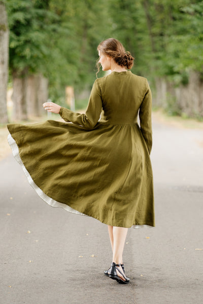 Woman wearing white and blue ribbon belt, up-close picture from the front.
