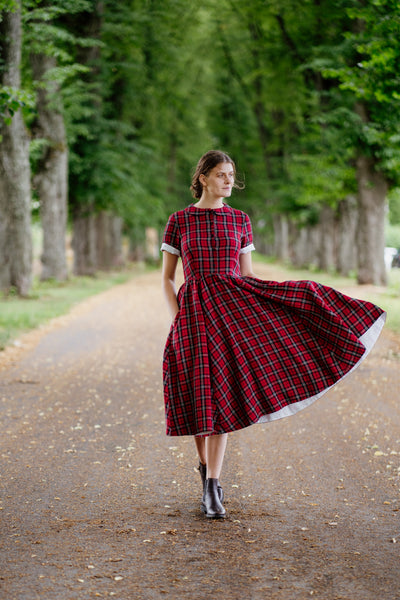 Woman in a vintage plaid dress, image from the front