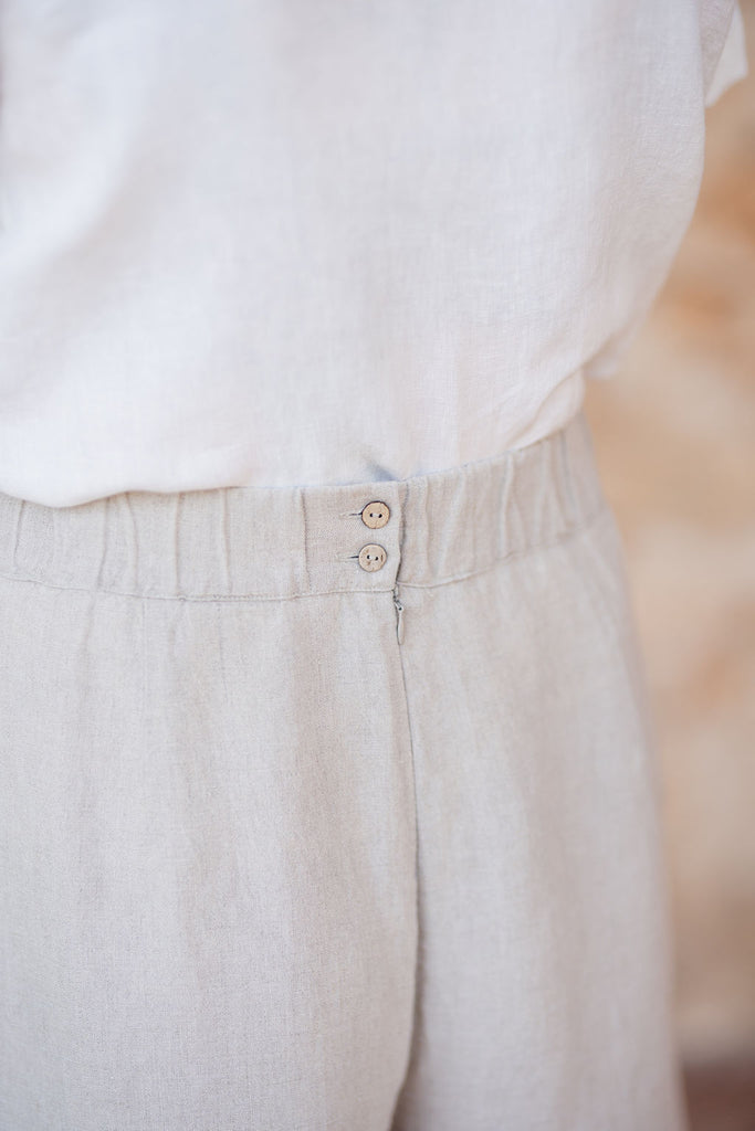 Zipper detail on the back of linen culotte trousers in natural linen color