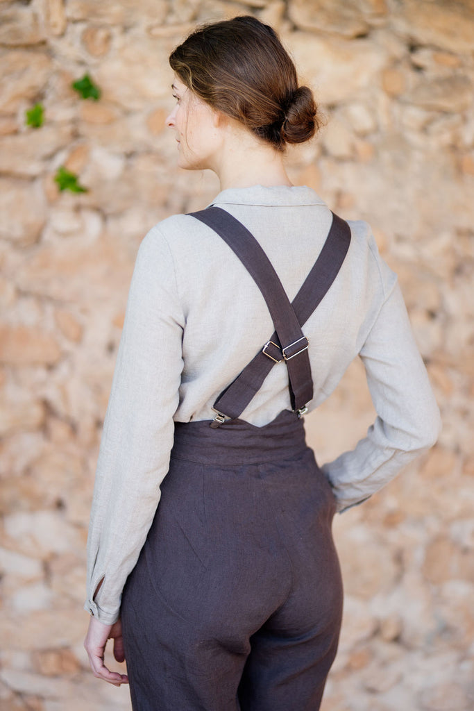 Detail of suspenders crossing in the back: beautiful design, linen material, autumn brown color
