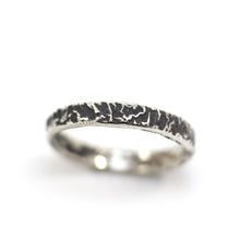 Heavily reticulated ring