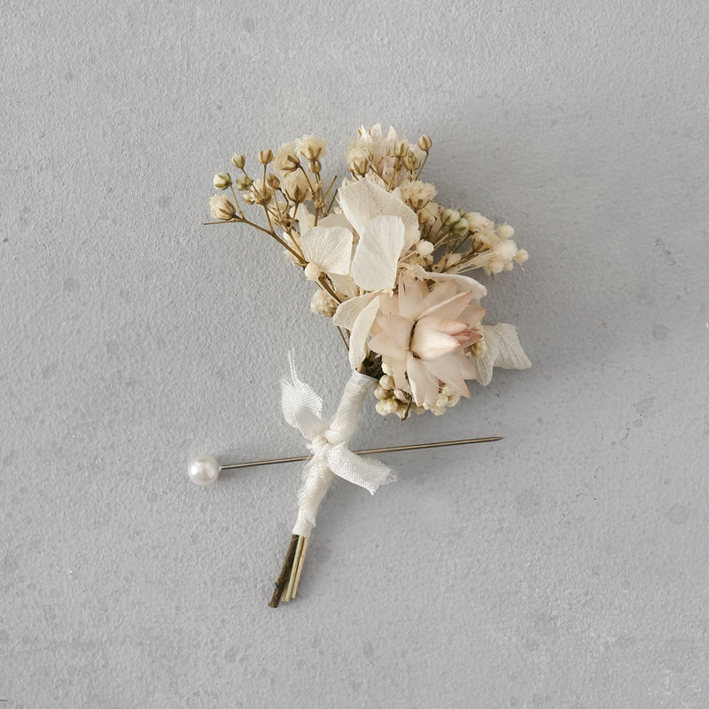 Dried flower buttonhole : white