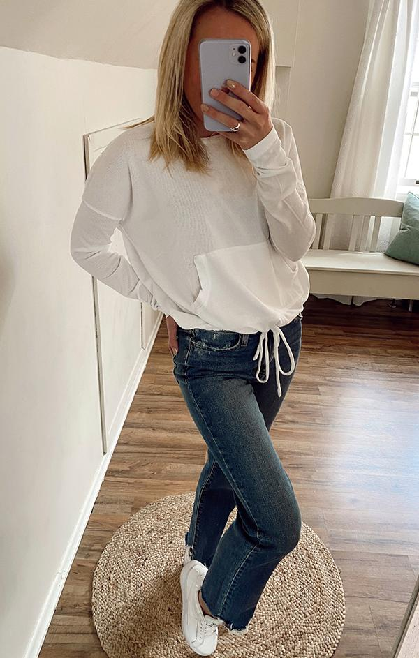 women's trendy white pocket pouch top for spring
