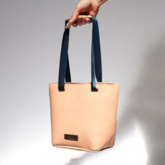 Basket-bag-in-nude-vegetable-leather-and-blue-4