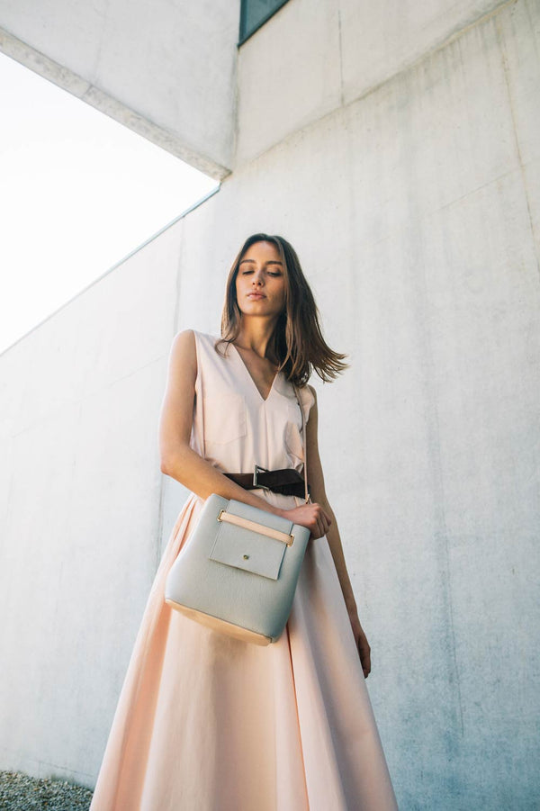 blush dress with crossbody bag in ligth grey color