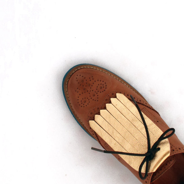 Fringe Shoe Accessory in golden leather in brown shoes