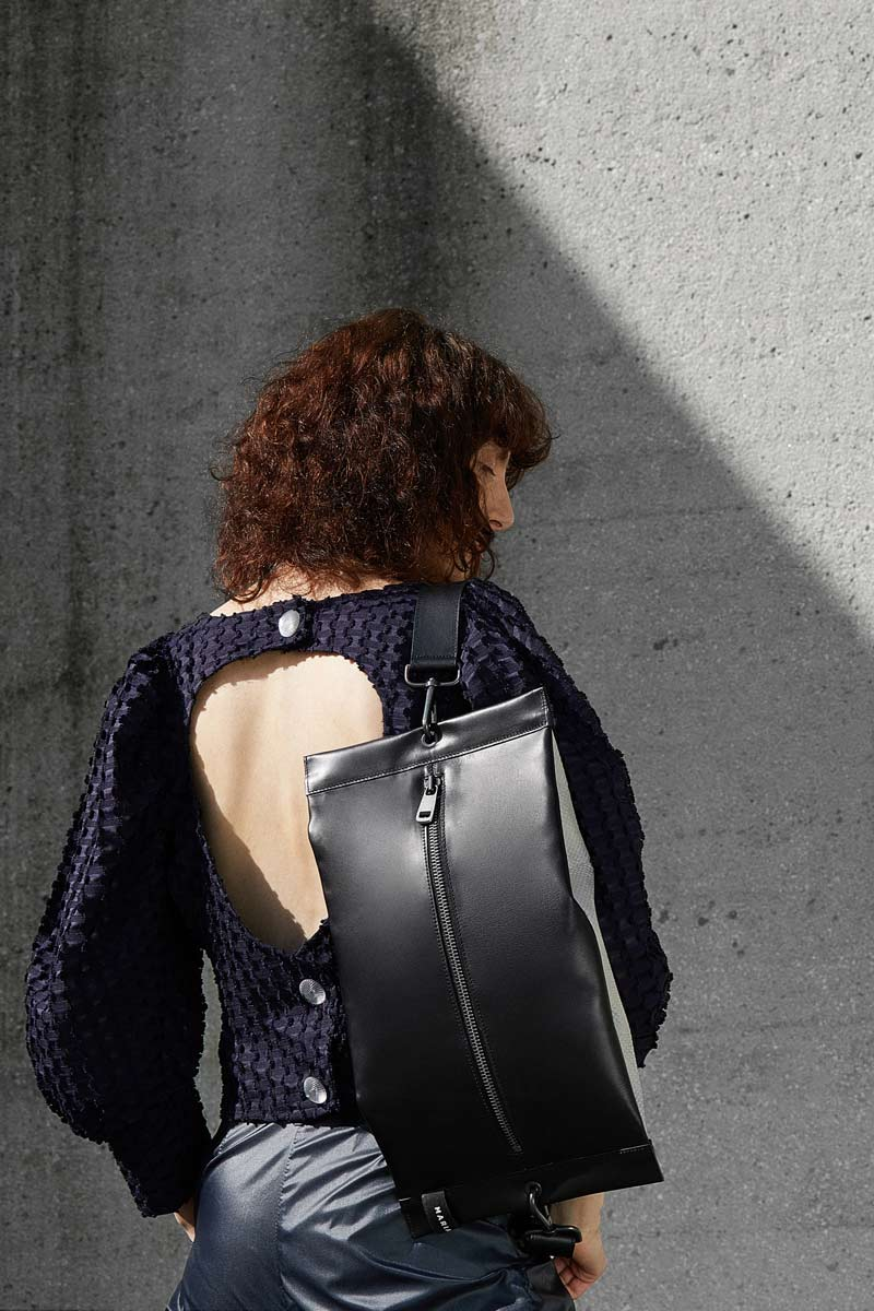 women shoulder bag in black leather-lines-minimalist-line