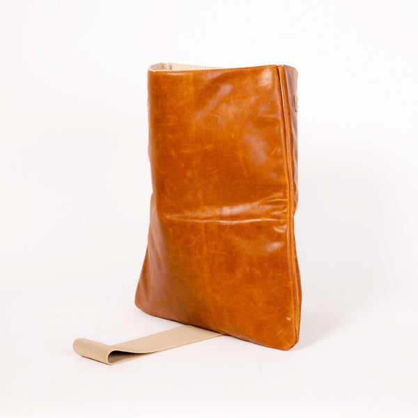 clutch bag in brown Leather with beige elastic