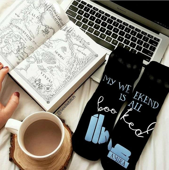 #SOCKSUNDAY interview with bookstagrammer and blogger @seeliebitch