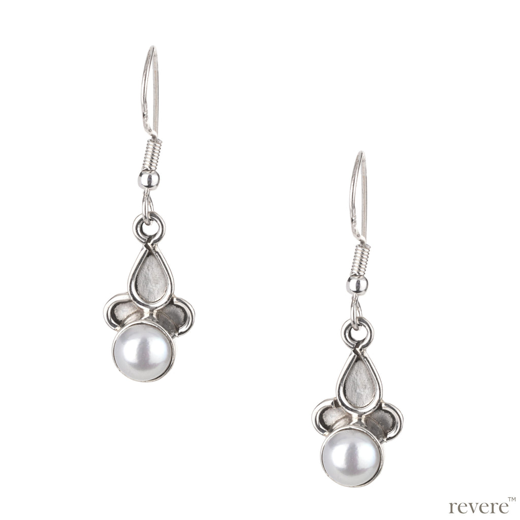 This pair of sterling silver earring features an alluring tribal design with grey freshwater pearl.