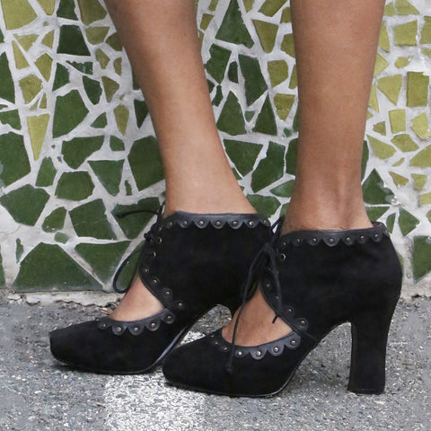 DARLING DREAMS in BLACK Closed Toe Pumps