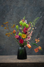 Load image into Gallery viewer, Smokey ribs - Handmade glass vase for bouquets between 25 and 65 euros