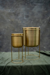 Gold plant pot with stand - create a chic room interior by mixing and matching