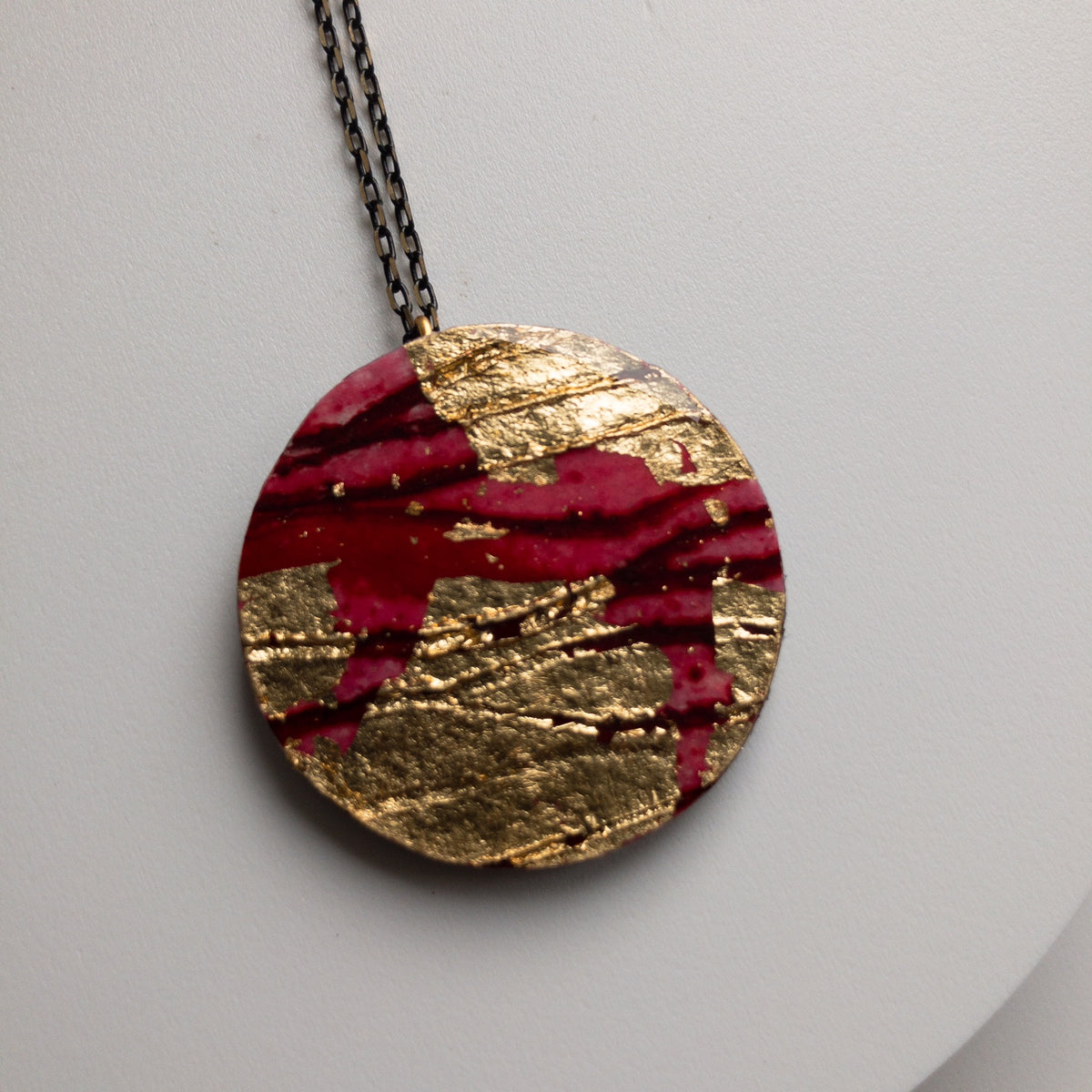 Ró sgraffito textile necklace in gold/red