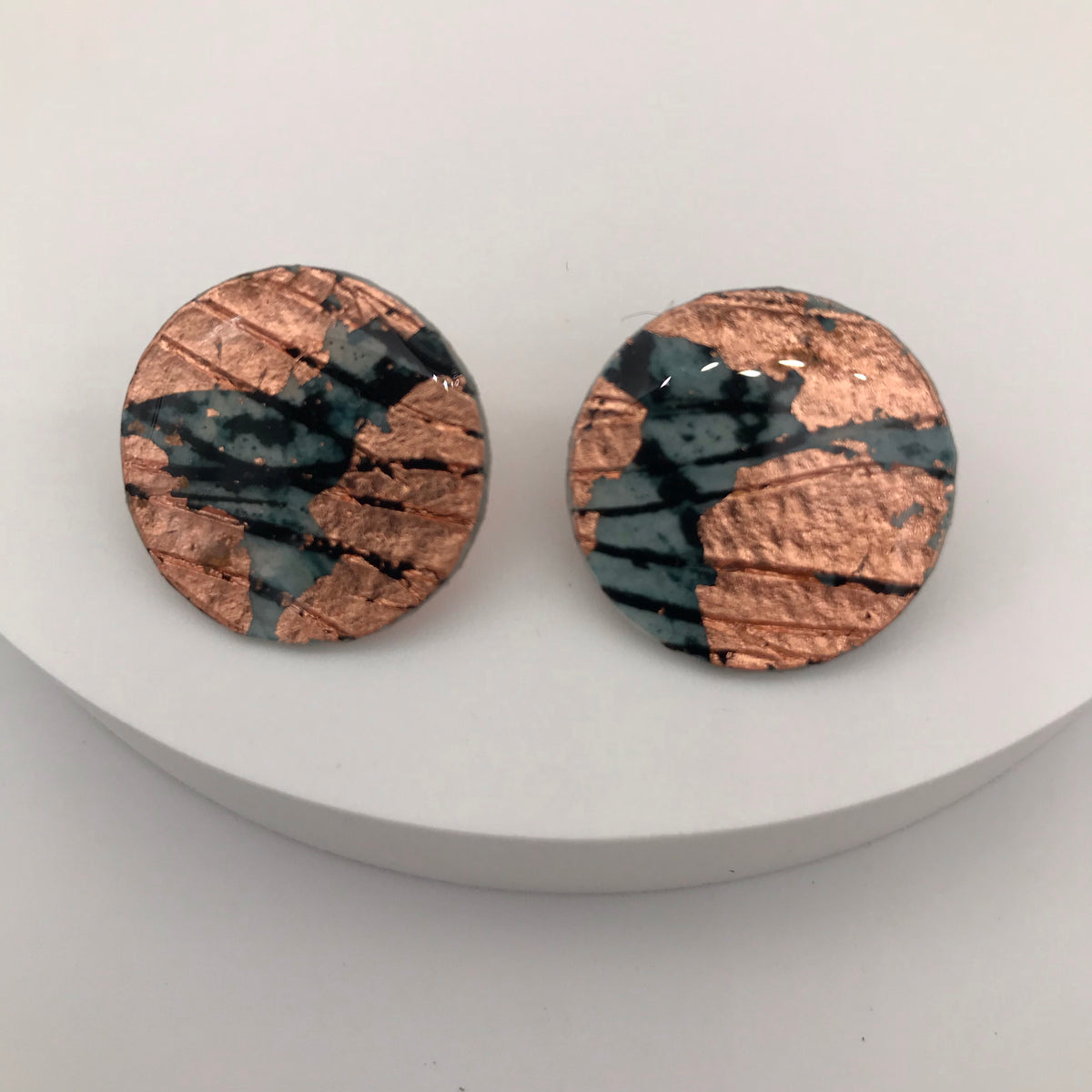 Ró sgraffito earrings in rose-gold/indigo