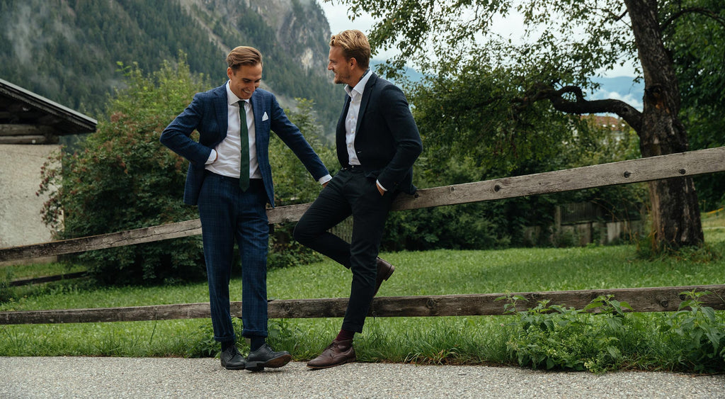 Two men wearing CARPASUS Sustainable Dress shirts from organic cotton. Zwei Herren tragen CARPASUS nachhaltige Business Hemden weiss aus Bio-Baumwolle