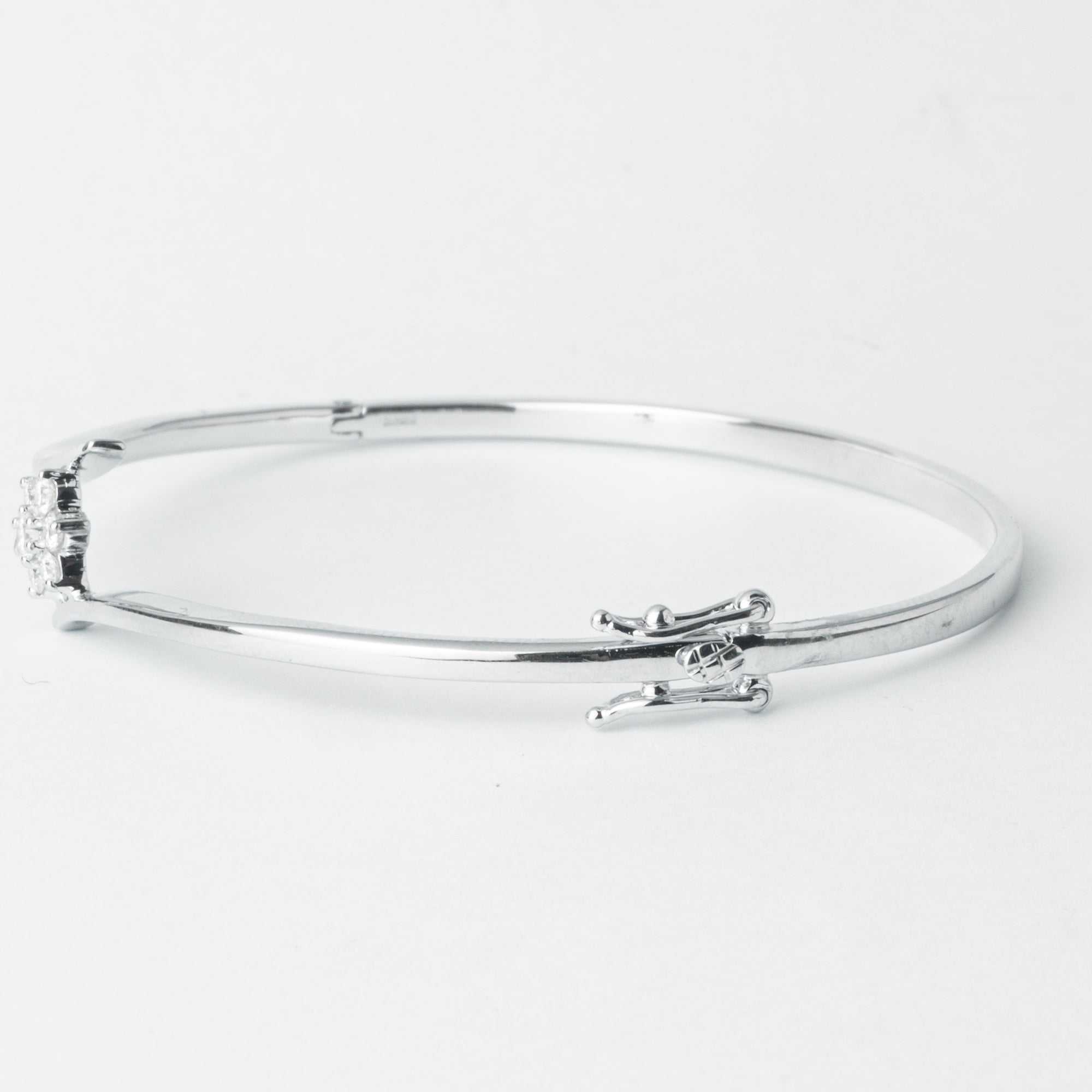 18ct White Gold Diamond Bangle with clasp MCS4272