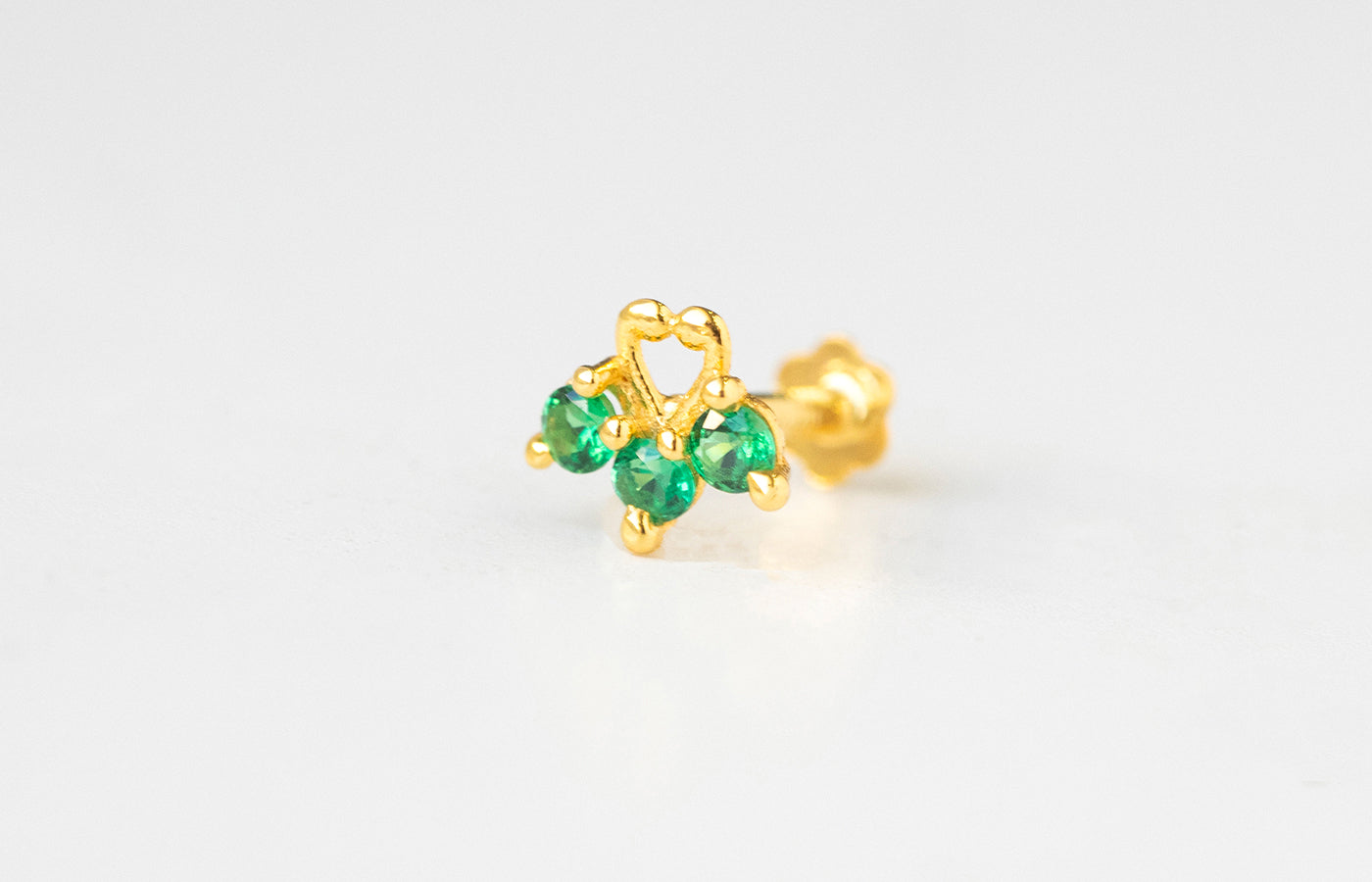 18ct Yellow Gold Screw Back Nose Stud set with three green Cubic Zirconias NIP-5-570f