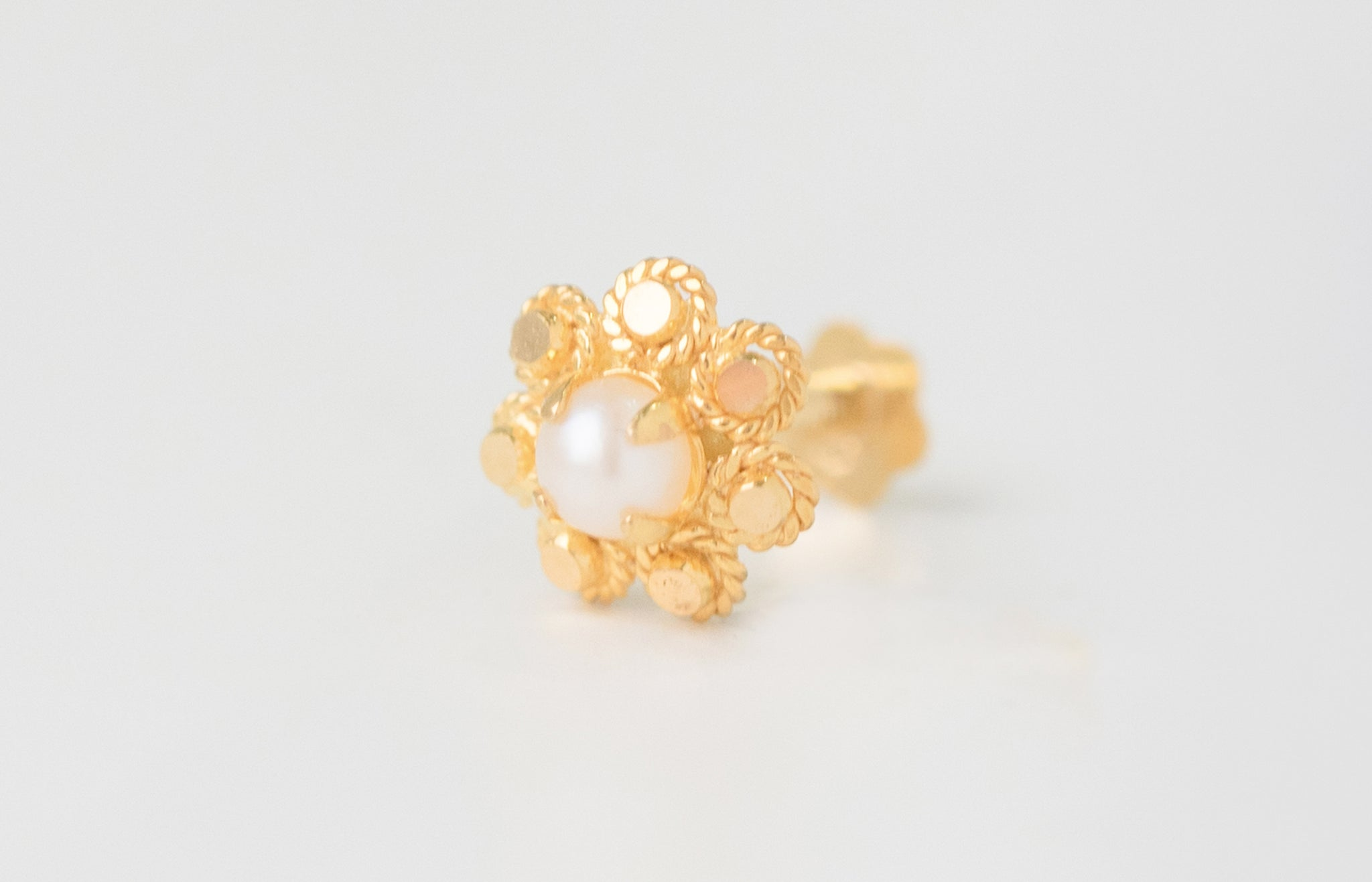 18ct Yellow Gold Screw Back Nose Stud set with a Cultured Pearl NIP-6-770a