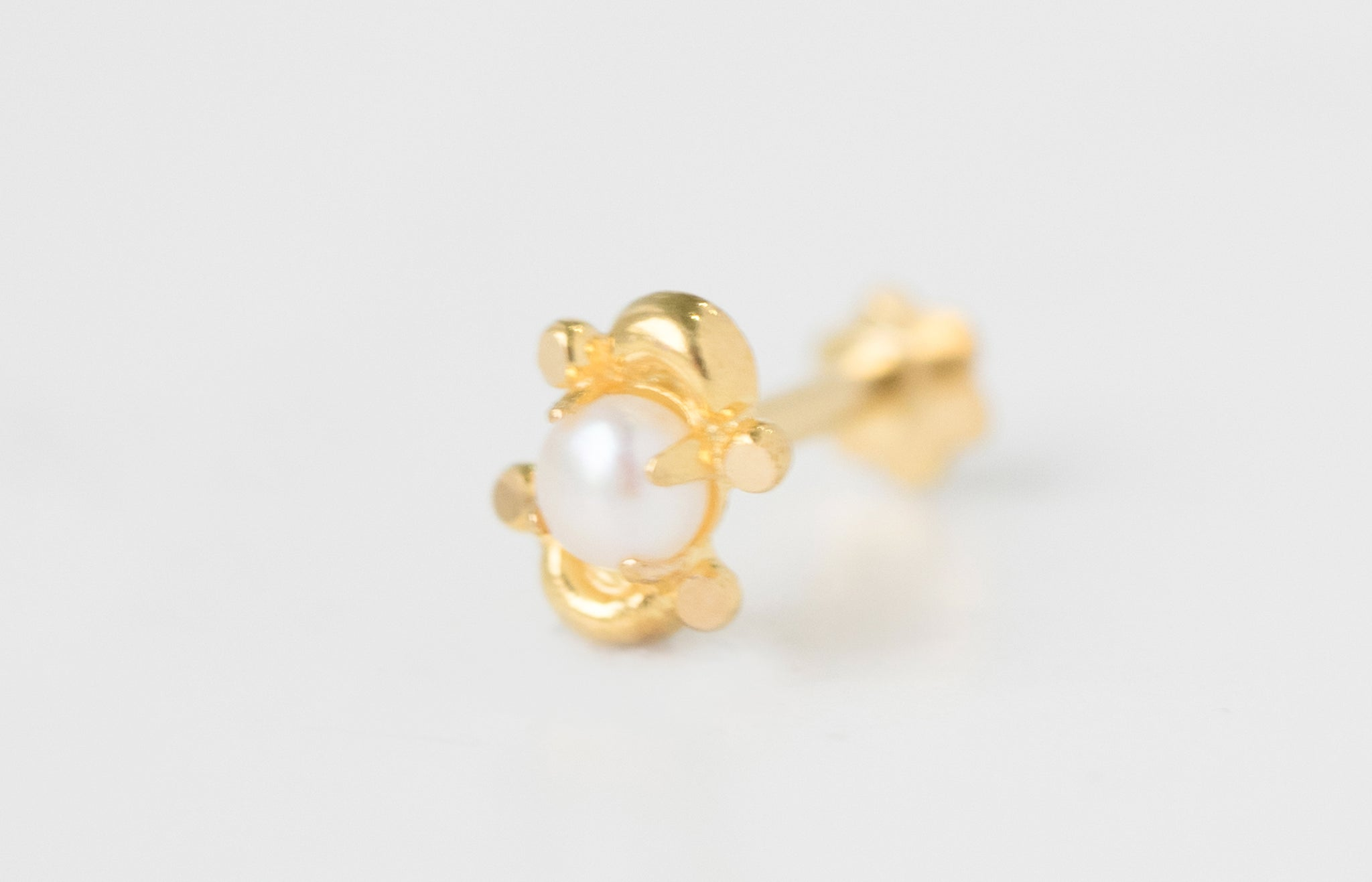 18ct Yellow Gold Screw Back Nose Stud set with a Cultured Pearl NIP-6-770e