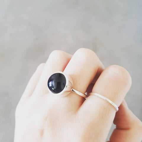 Onyx ring with narrow band