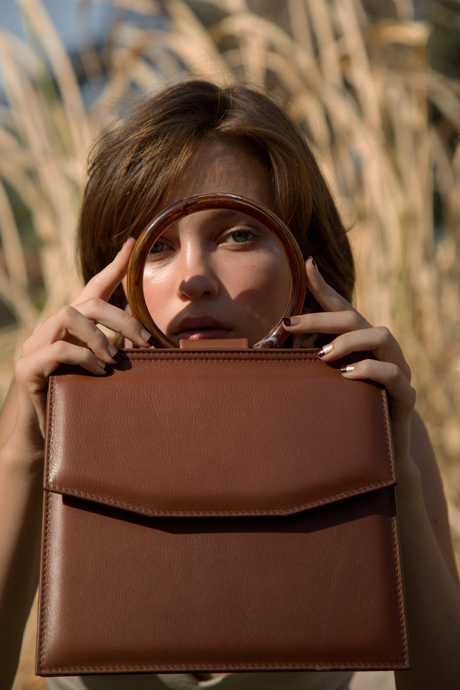 Shellac is cosmopolitan handbag it can be carried as a cross body or shoulder. Slow fashion bag handcrafted in Barcelona in calf leather in Habana color. Campaign fall18.