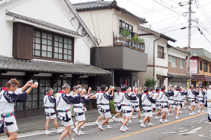 Parade with porcelain plates in hands in Arita