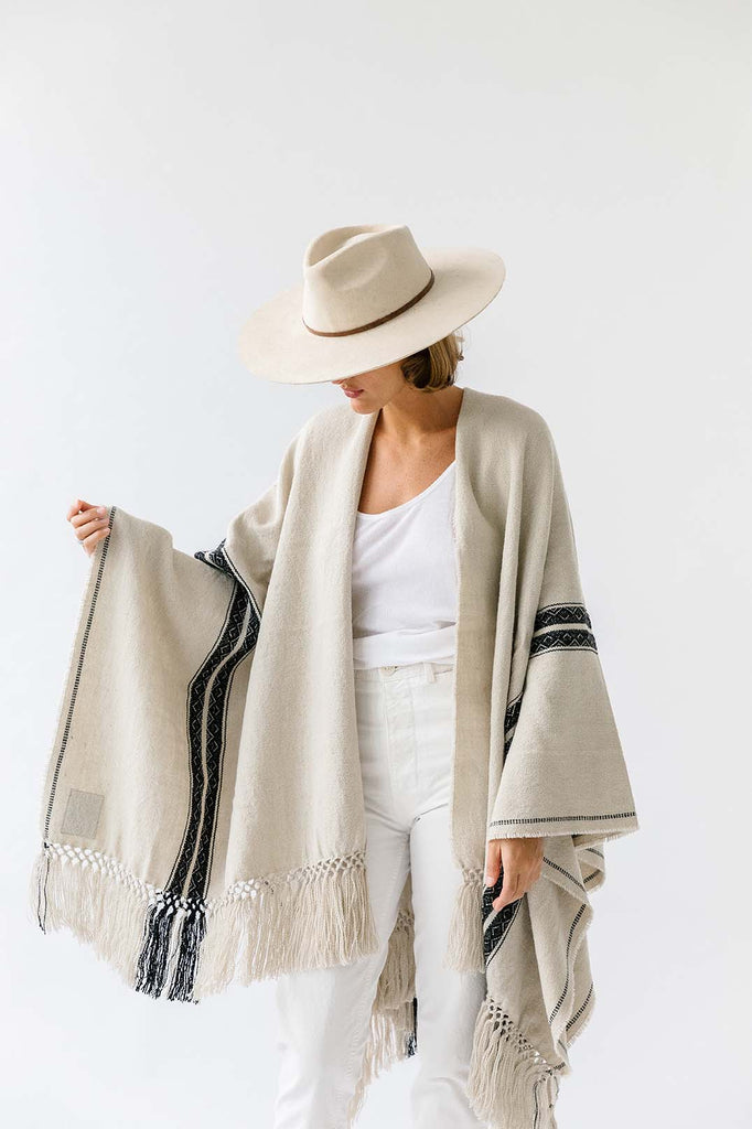 Pampa Andes Poncho | Black on white