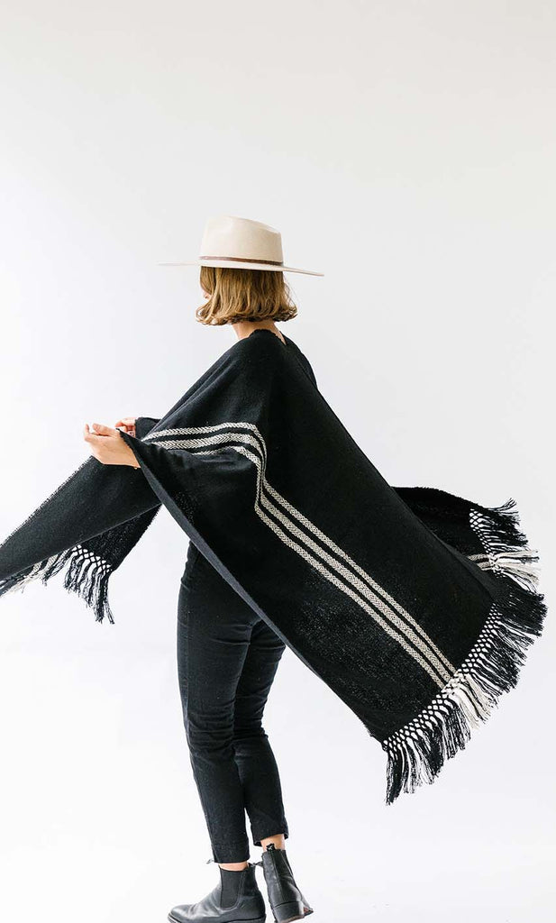 Pampa Andes Poncho | White on black
