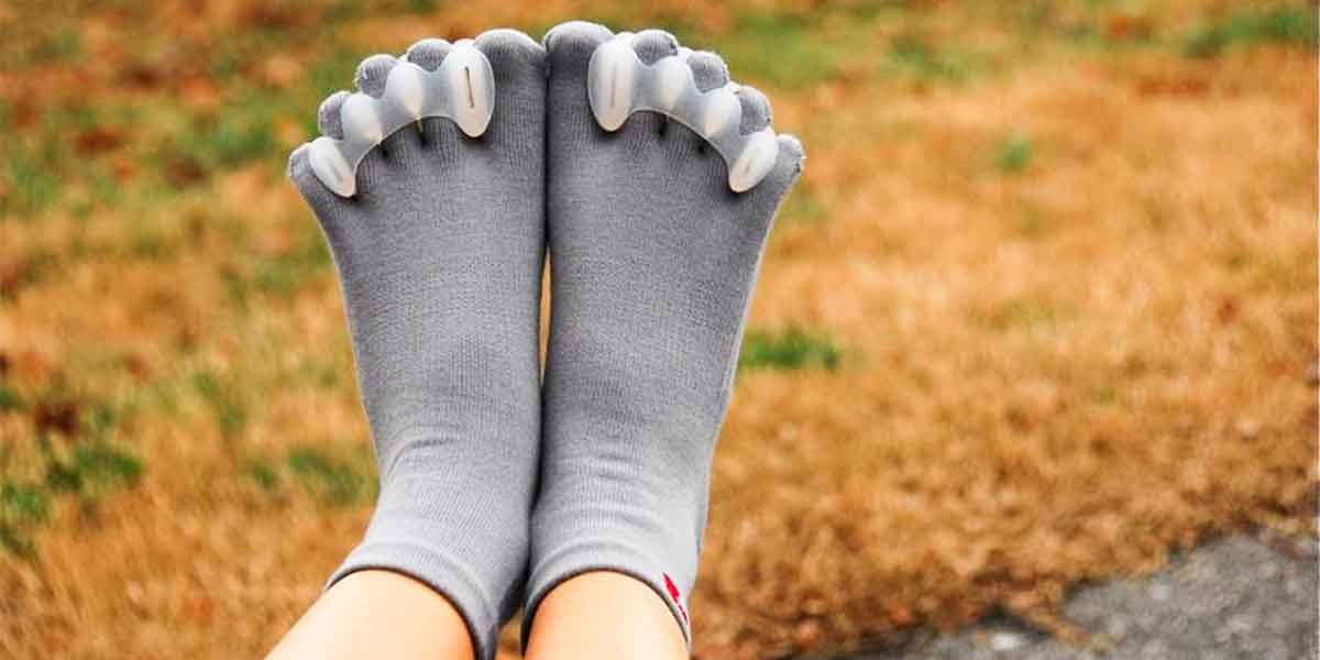 feet with toe separators