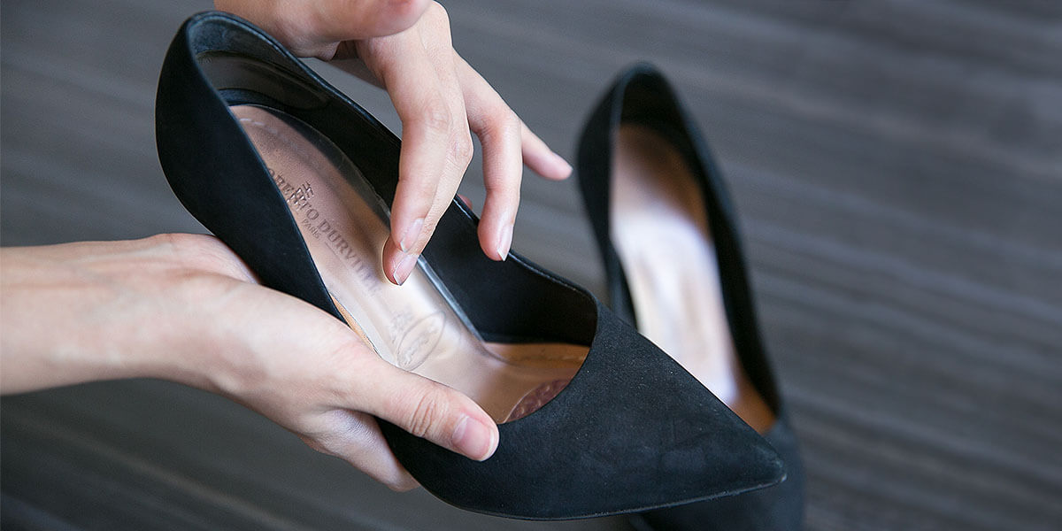 placing insole in high heels