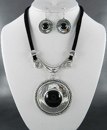 Black Circle Stone Pendant Necklace Set