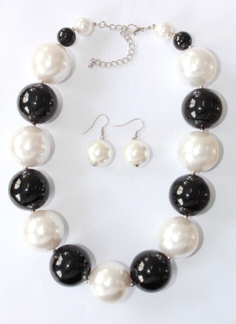Black and White Pearl Necklace Set