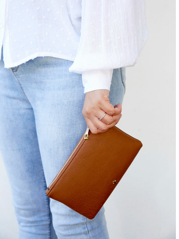 BELLA WRISTLET IN TAN