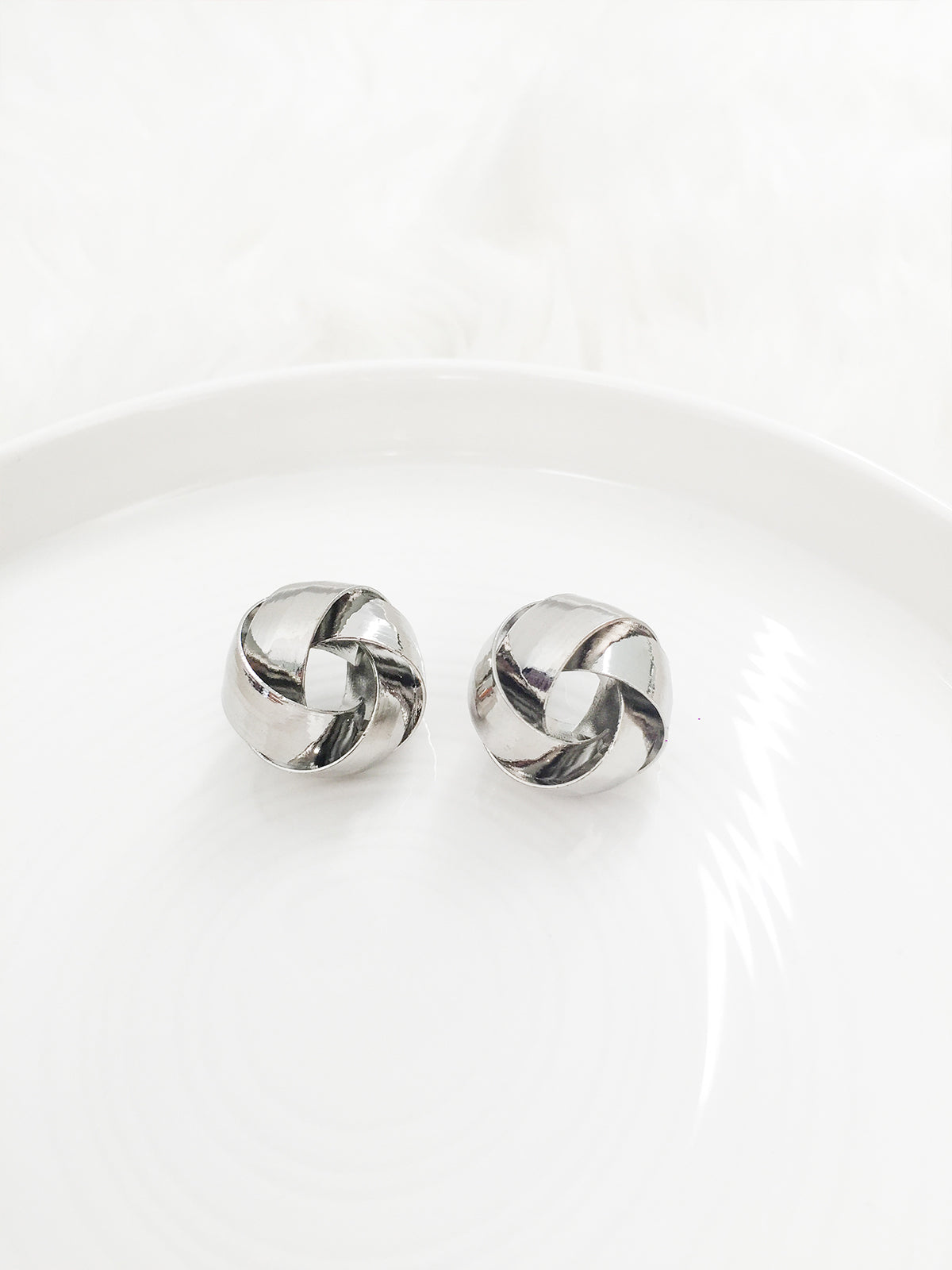 LOVE ME KNOT EARRINGS- SILVER
