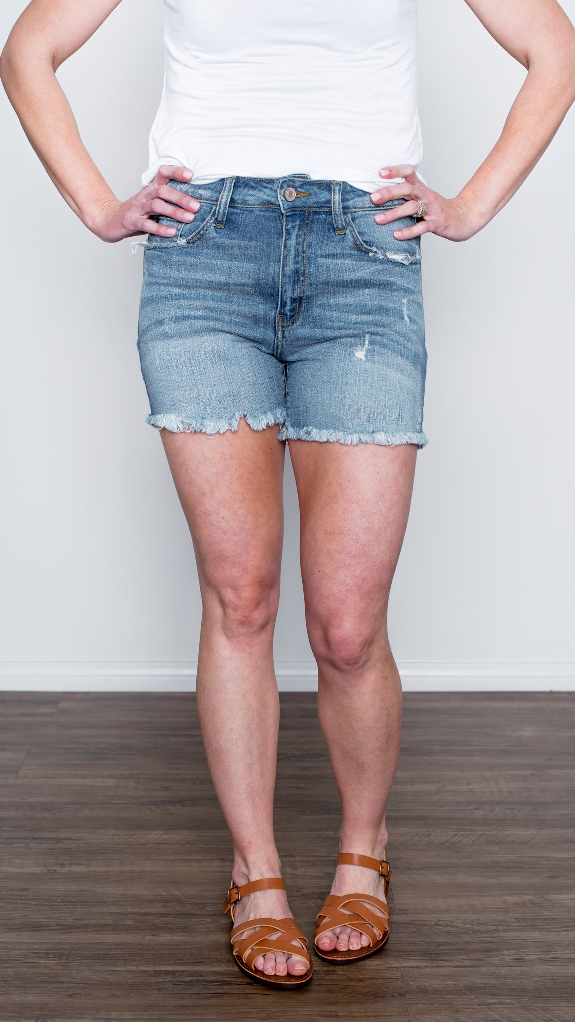 Frayed Hem Denim Shorts in Light Wash