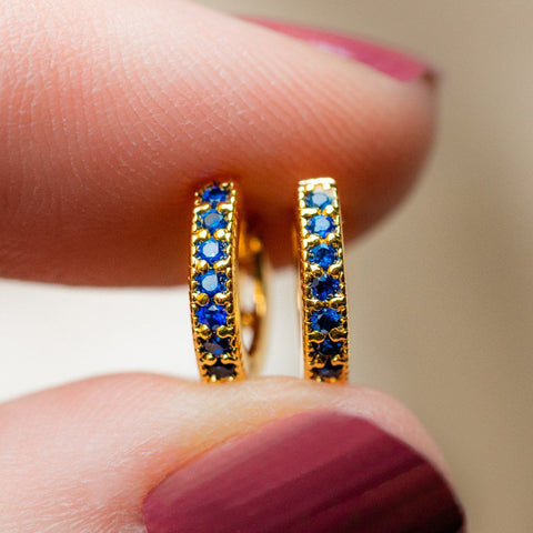 dallas mini huggie earrings in sapphire blue