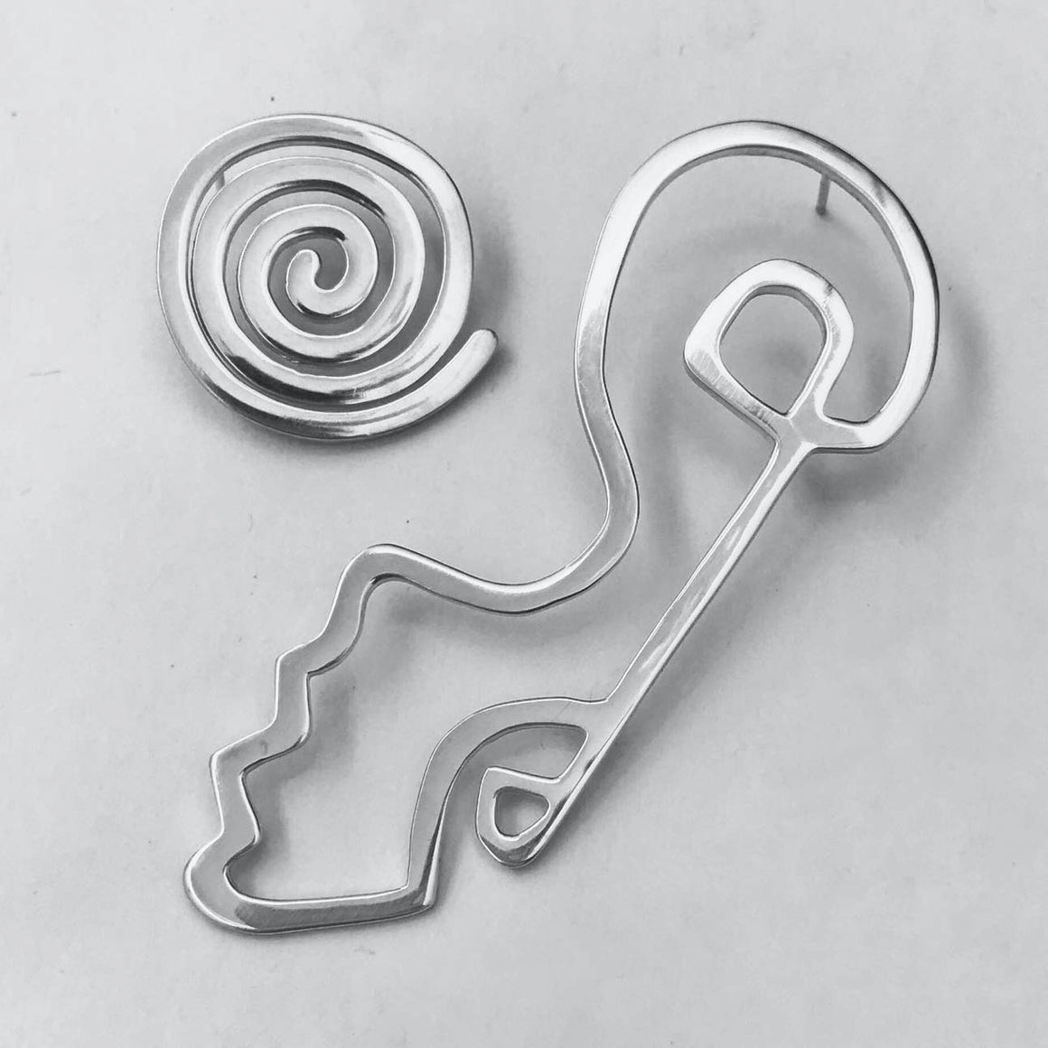 ASYMETRICAL SWIRL EARRING IN SILVER
