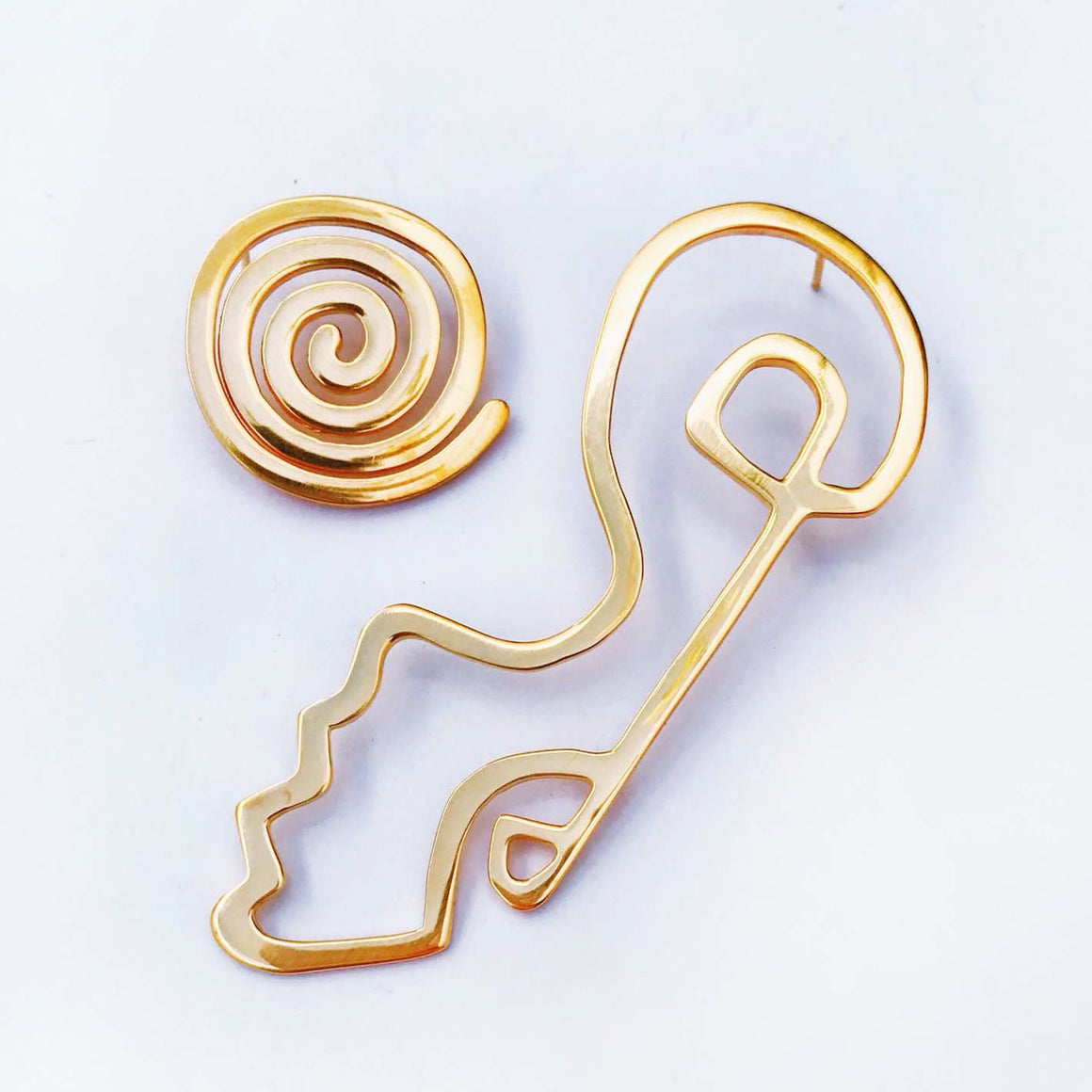 ASYMETRICAL SWIRL EARRING IN GOLD